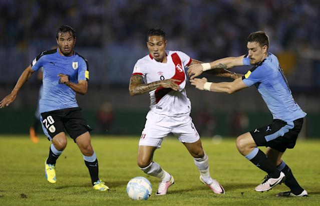FILE PHOTO: Football Soccer - Uruguay v Peru - World Cup Qualifiers - Centenario stadium - Montevideo, Uruguay. 29/3/16. Uruguay's Sebastian Coates (R) and Alvaro Gonzalez and Peru's Paolo Guerrero. REUTERS/Andres Stapff/File Photo
