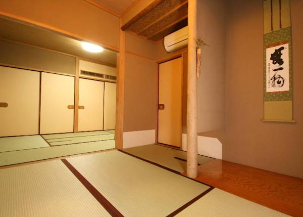 Guest rooms, which were formerly tearooms, can be booked at a deep discount. For those who may not appreciate the Japanese aesthetics, Western-style rooms are available for reservation as well.