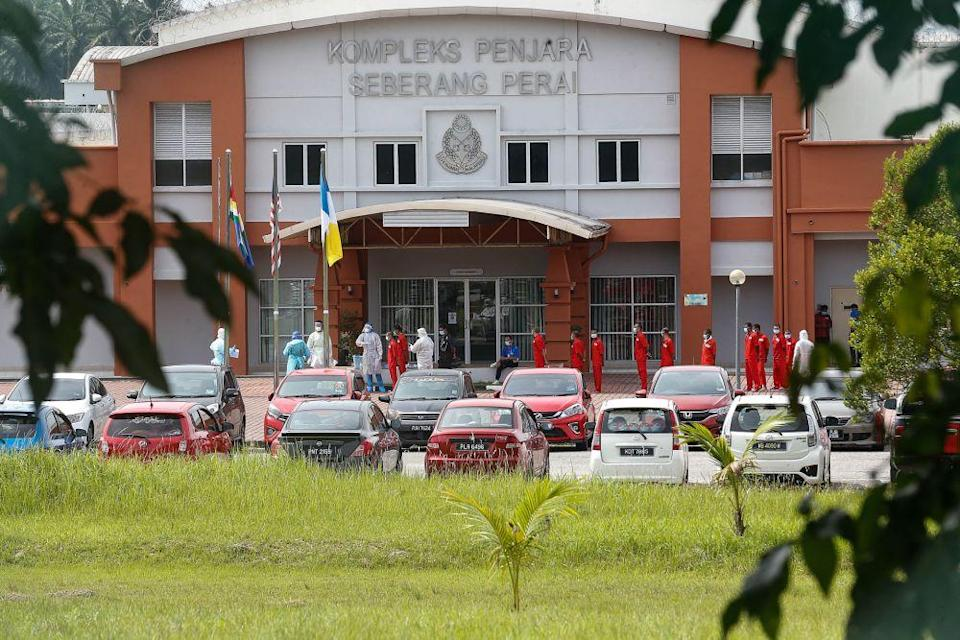 Inmates queue up to be tested for Covid-19 at the Seberang Perai Prison in Nibong Tebal on October 15, 2020. — Picture by Sayuti Zainudin