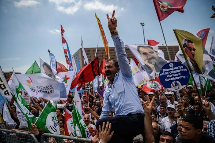 Supporters of pro-Kurdish Peoples' Democratic Party (HDP) flash victory signs and shout slogans against goverment on June 5, 2016 (AFP Photo/Ozan Kose)