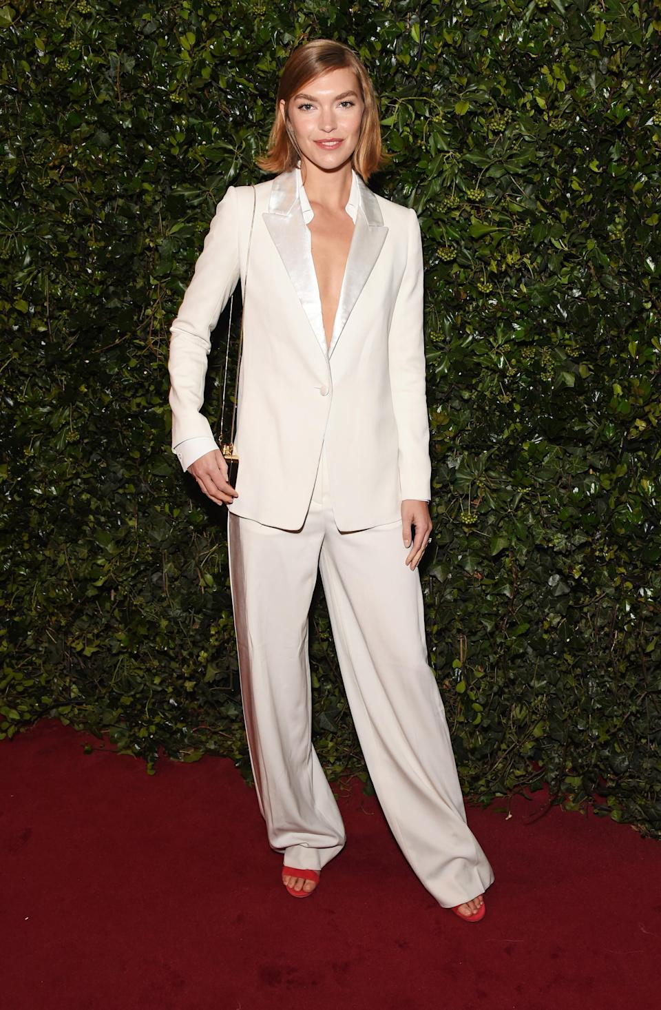 <p>The model went for a slouchy look, arriving in a loose white suit. <i>[Photo: Getty]</i> </p>