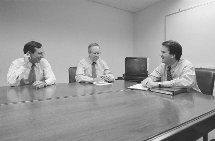 """<span class=""""s1"""">Independent counsel Ken Starr, center, with his deputy, John Bates, left, and aide Brett Kavanaugh during the Whitewater Investigation in 1996. (Photo: David Hume Kennerly/Getty Images)</span>"""