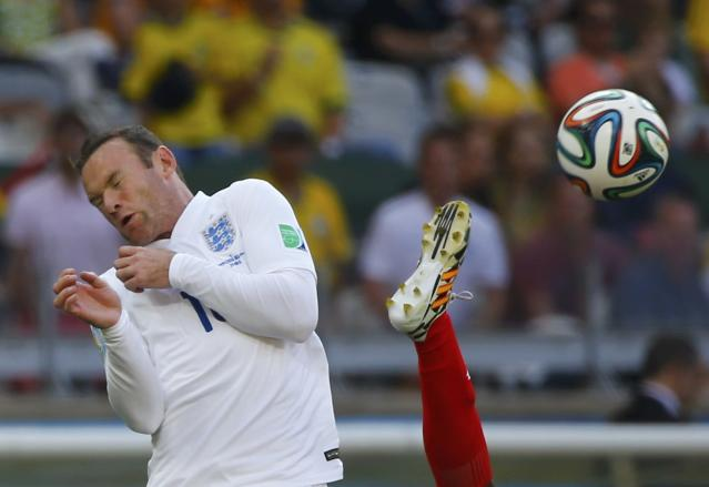 England's Wayne Rooney (L) fights for the ball with Costa Rica's Junior Diaz during their 2014 World Cup Group D soccer match at the Mineirao stadium in Belo Horizonte June 24, 2014. REUTERS/Damir Sagolj (BRAZIL - Tags: SOCCER SPORT WORLD CUP TPX IMAGES OF THE DAY) TOPCUP