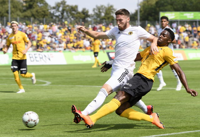 AA0701 UHRC. Bern (Switzerland Schweiz Suisse), 14/07/2018.- Wolverhampton Wanderers Matt Doherty, left, fights against YB's Ulisses Garcia, right, during a friendly soccer match of the international Uhrencup tournament between BSC Young Boys and Wolverhampton Wanderers FC at the Stadion Neufeld in Bern, Switzerland, 14 July 2018. (Futbol, Amistoso, Suiza) EFE/EPA/ANTHONY ANEX
