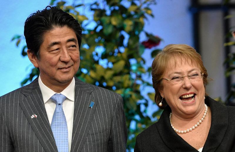 Japan's PM Shinzo Abe (L) and Chile's president MIchelle Bachelet (R) pose during a press conference at La Moneda presidential Palace in Santiago July 31, 2014
