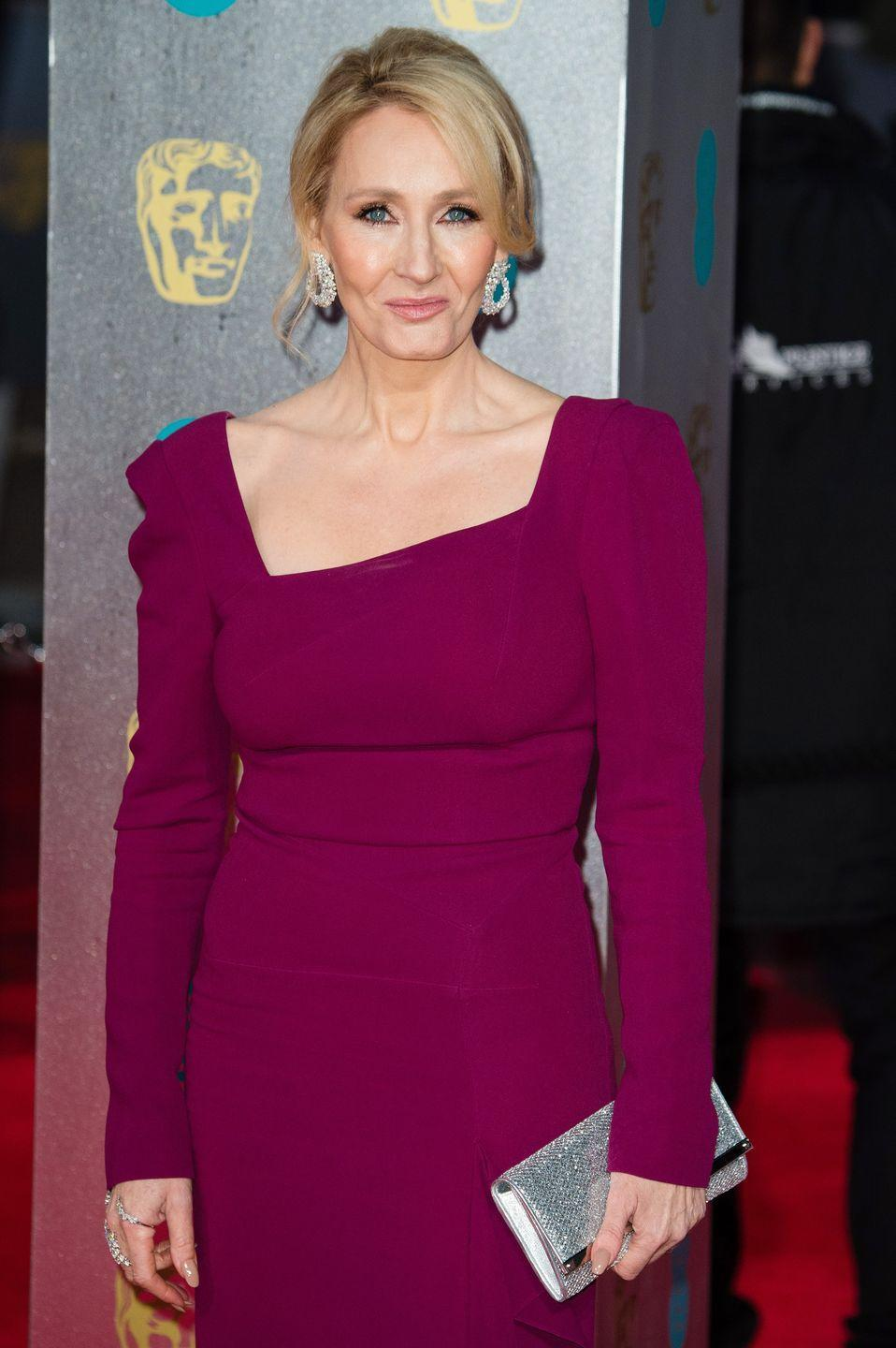 """<p>No one can take on the great JK Rowling and not end up regretting it later. The Harry Potter author had the last laugh after she shared a pic of herself with Serena Williams and a troll tweeted that Serena """"was built like man"""".</p><p>She <a href=""""https://twitter.com/jk_rowling/status/619886370081869824"""" rel=""""nofollow noopener"""" target=""""_blank"""" data-ylk=""""slk:tweeted"""" class=""""link rapid-noclick-resp"""">tweeted</a> a picture of the tennis champ wearing a figure-hugging red dress and looking hot as hell, and added the caption: """"She is built like a man"""". Yeah, my husband looks just like this in a dress. </p><p>""""You're an idiot.""""</p>"""