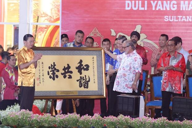 Sultan of Johor, Sultan Ibrahim Sultan Iskandar, (right) is presented with a Chinese calligraphy painting after officiating this year's Johor Baru Chingay parade. — Picture courtesy of Johor Royal Press Office