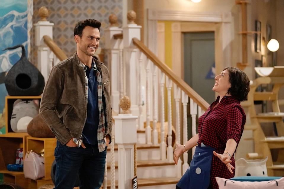 """Kat (Mayim Bialik, right) reconnects with her old crush Max (Cheyenne Jackson) in """"Call Me Kat."""""""