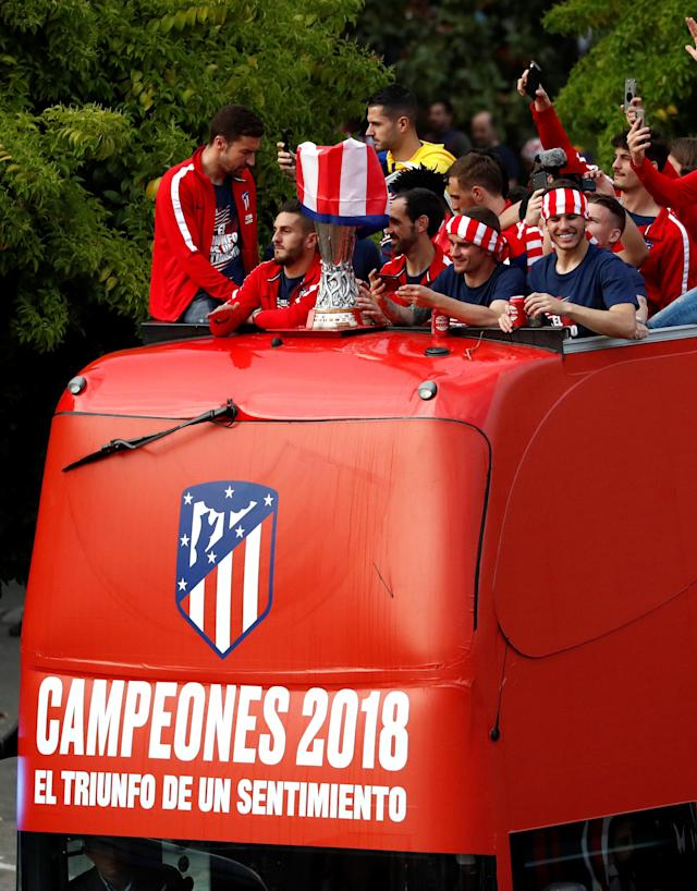 Soccer Football - Atletico Madrid Celebrate Winning The Europa League - Neptuno Square, Madrid, Spain - May 18, 2018 Atletico Madrid's Antoine Griezmann, Diego Godin and team mates celebrate with the trophy on an open top bus during the victory parade REUTERS/Juan Medina