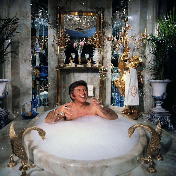 <p>The legendary performer Liberace takes a bubble bath in his home in January 1978.</p>