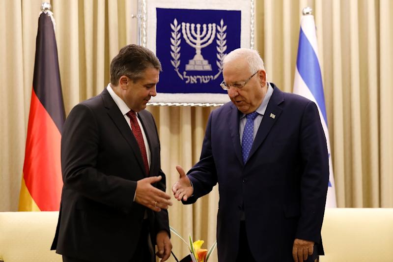 German Foreign Minister Sigmar Gabriel and Israeli President Reuven Rivlin meet at the presidential compound in Jerusalem on April 25, 2017 (AFP Photo/GALI TIBBON)