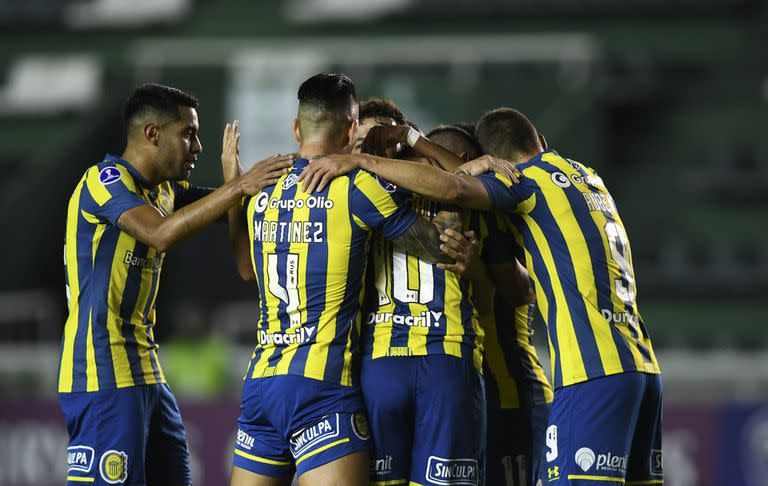 Argentina's Rosario Central players celebrate after scoring against Chile's Huachipato during the Copa Sudamericana football tournament group stage match at the Florencio Sola stadium, in Banfield, Buenos Aires province, Argentina, on May 19, 2021. (Photo by RONALDO SCHEMIDT / AFP)