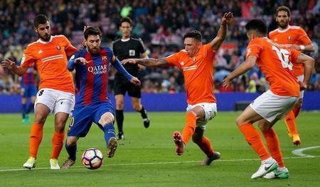 Football Soccer- Spanish La Liga Santander - Barcelona v Osasuna - Camp Nou stadium, Barcelona, Spain - 26/04/17 Barcelona's Lionel Messi in action with Osasuna's players. REUTERS/Albert Gea
