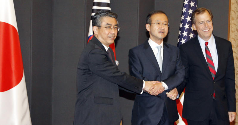 South Korea's chief nuclear envoy Lim Sung-nam, center, his Japanese counterpart Shinsuke Sugiyama, left, and U.S. envoy on North Korea Glyn Davies pose before their three-way talks at the foreign ministry in Seoul, South Korea Monday, May 21, 2012. (AP Photo/Lee Jae-won, Pool)
