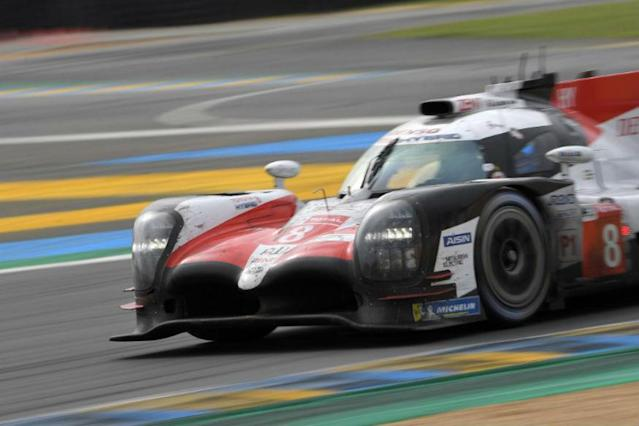 Fernando Alonso strung together a series of fast laps through the night to set up his Toyota to retake the lead on his 24 Hours of Le Mans debut just after dawn on Sunday.