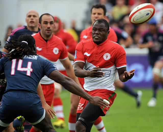 Biarritz's winger Takudzwa Ngwenya (R) passes the ball during the French Top 14 rugby union match Biarritz vs Stade Français at the Aguilera stadium in Biarritz, southern France, on May 12, 2012. AFP PHOTO / GAIZKA IROZGAIZKA IROZ/AFP/GettyImages