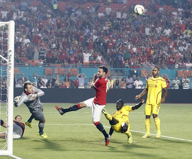 A shot by Manchester United's Juan Mata (C) is stopped by Liverpool goalkeeper Simon Mignolet during the International Champions Cup friendly match at Sun Life Stadium on August 4, 2014 (AFP Photo/Robert Sullivan)