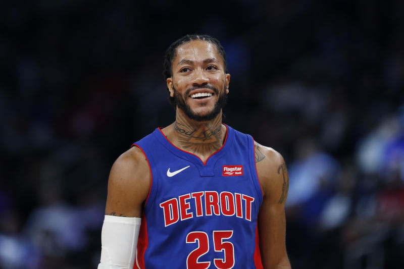 The United Center crowd showed Derrick Rose tons of love on Friday night in his return to Chicago, welcoming him back as if he'd never left.