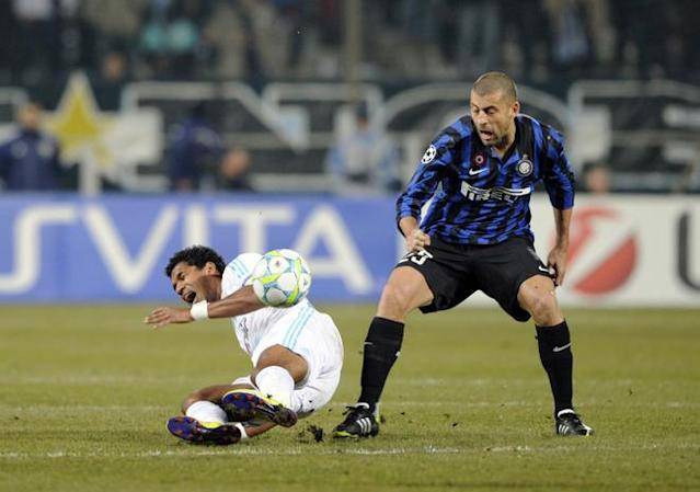 Inter Milan's argenten defender Walter Samuel (R) fights for the ball with Marseille's Brazilian forward Brandao during the UEFA Champions League football match Marseille vs. Inter Milan, on February 22, 2012 at the Velodrome stadium in Marseille, southern France. AFP PHOTO / BORIS HORVAT