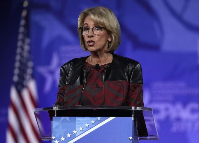 Students turn their back on U.S.  education secretary