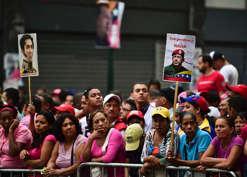 Supporters of Venezuelan President Nicolas Maduro gather outside the National Assembly ahead of his presentation of the annual report on January 15, 2016 (AFP Photo/Ronaldo Schemidt)