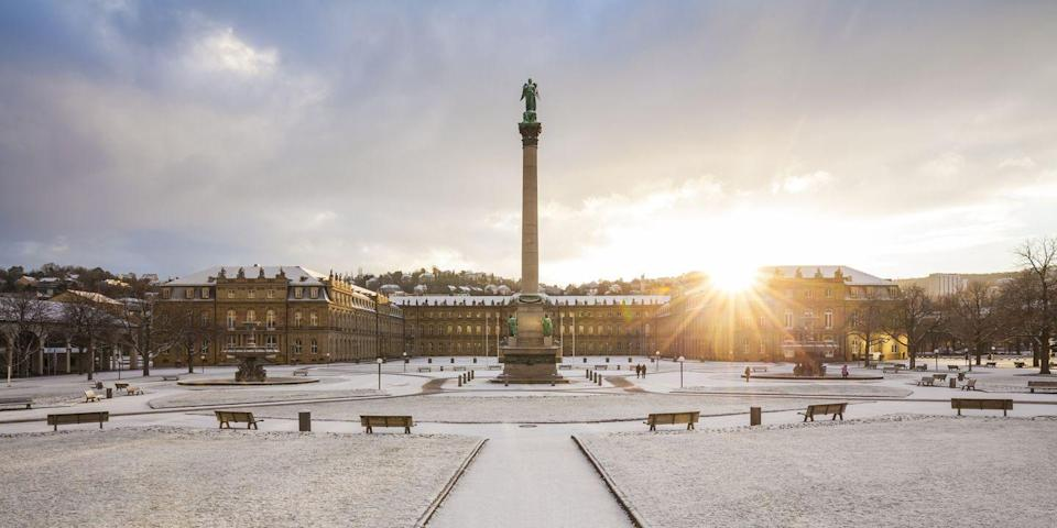 <p>The sun peeks through the snow-covered Schlossplatz, the largest square in Stuttgart-Mitte.</p>