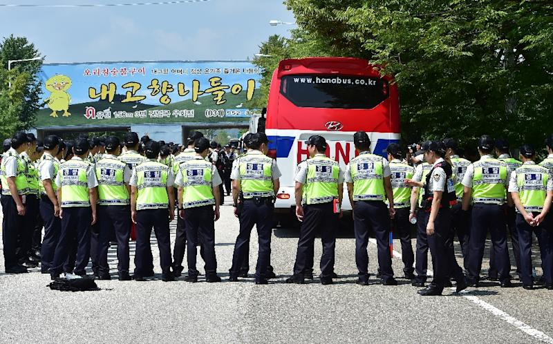 About 100 South Korean police officers formed human barriers to block vehicles carrying around activists to the border town of Paj (AFP Photo/Jung Yeon-Je)