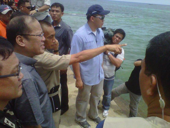 President Aquino leading the rescue operations for Secretary Jesse Robredo in Masbate. (Photo from Official Gazette of the Republic of the Philippines)