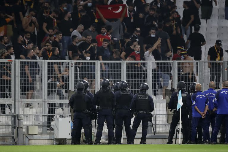 The match between Marseille and Galatasaray was interrupted for several minutes by incidents in the stands.