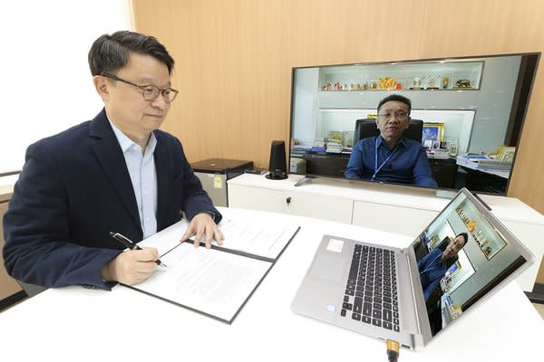 Kim Youngwoo, head of KT's Global Business Office, is signing contract with Thailand's 3BB TV Co. Ltd. President Subhoj Sunyabhisithkul through video conference to provide commercial IPTV (Internet Protocol TV) service to the Southeast Asian kingdom.