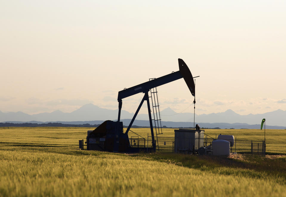 An oil pump jack pumps oil in a field near Calgary, Alberta, July 21, 2014. Pump jacks are used to pump crude oil out of the ground after an oil well has been drilled. REUTERS/Todd Korol (CANADA - Tags: BUSINESS ENERGY ENVIRONMENT)
