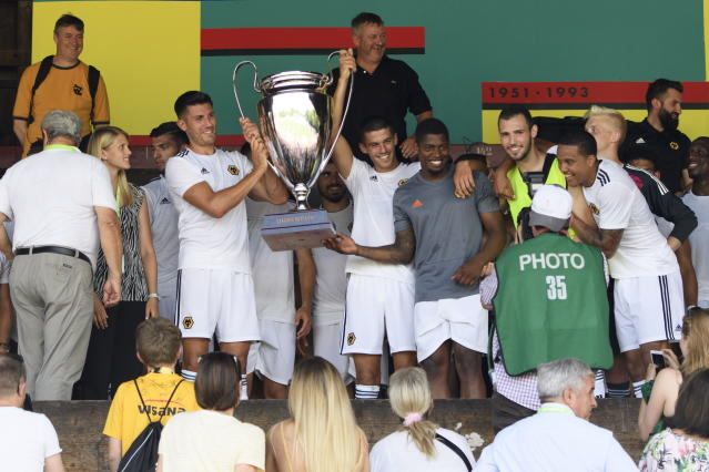 AA0701 UHRC. Bern (Switzerland Schweiz Suisse), 14/07/2018.- Players of Wolverhampton Wanderers react with a trophy after winning the international Uhrencup tournament at the Stadion Neufeld in Bern, Switzerland, 14 July 2018. (Suiza) EFE/EPA/ANTHONY ANEX