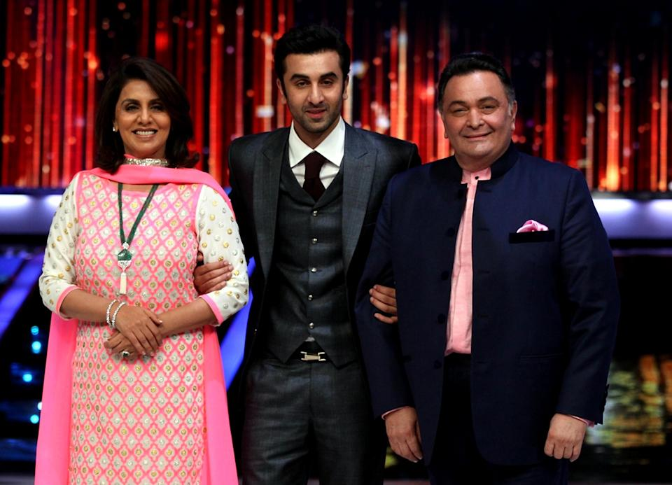 Indian Bollywood film actor Ranbir Kapoor (C) with parents  Rishi Kapoor (R) and Neetu Singh (L) pose for a photo  during the promotion of upcoming Hindi film Besharam in Mumbai on September, 3 2013. AFP PHOTO/ STR        (Photo credit should read STREDL/AFP via Getty Images)