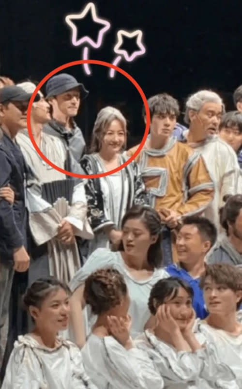 Hu Ge went to watch ex-girlfriend Xue Jianning's musical and later took photos with the cast, just last month