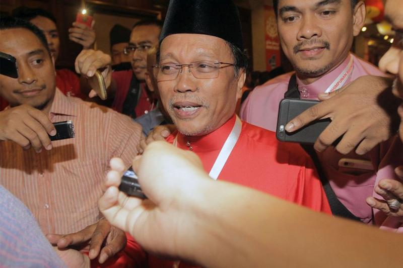 Shafie Apdal marks 60th birthday at courthouse with song and cake