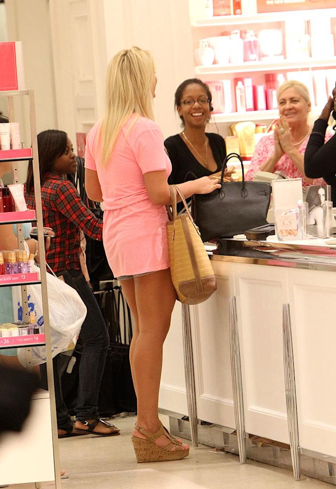 "The Victoria's Secret associates look very excited to have such a big reality star in their midst! <a href=""http://www.splashnewsonline.com/"" target=""new"">Splash News</a> - January 25, 2010"