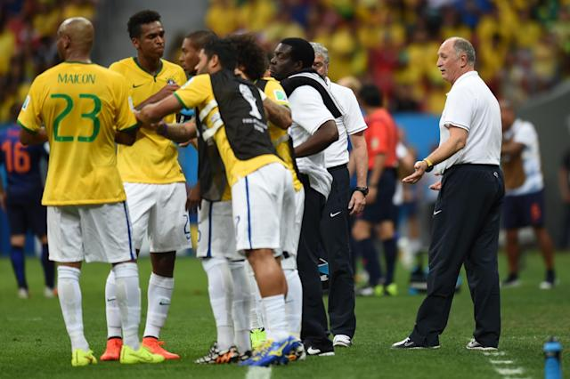 Brazil's coach Luiz Felipe Scolari (R) talks to his players during the third place play-off football match against the Netherlands during the 2014 FIFA World Cup at the National Stadium in Brasilia on July 12, 2014 (AFP Photo/Vanderlei Almeida)