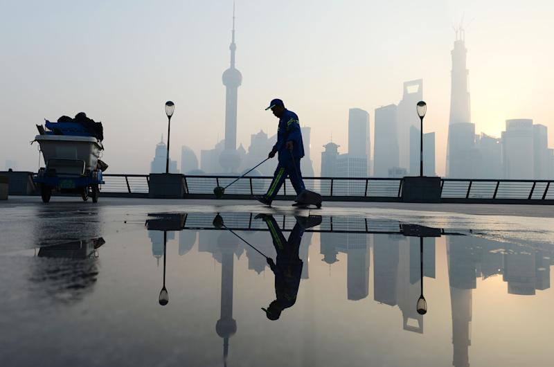 SHANGHAI, CHINA - NOVEMBER 07: (CHINA OUT) A cleaner works at the Bund as heavy smog engulfs the city on November 7, 2013 in Shanghai, China. People were advised to stay indoors today as the Shanghai Environment Agency measured air pollution levels at five out of a possible six. (Photo by ChinaFotoPress/ChinaFotoPress via Getty Images)