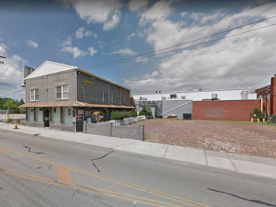 The triple shooting took place outside an Airbnb above this pizza restaurant in Cleveland, Ohio (Google)