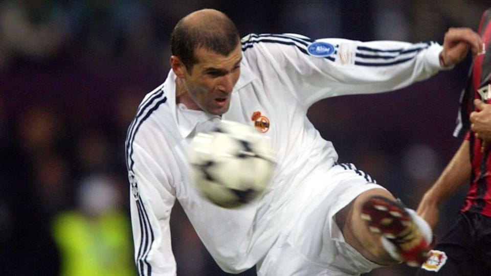 Zidane contro il Bayer Leverkusen nella finale di Champions League 2001-2002 | DAMIEN MEYER/Getty Images