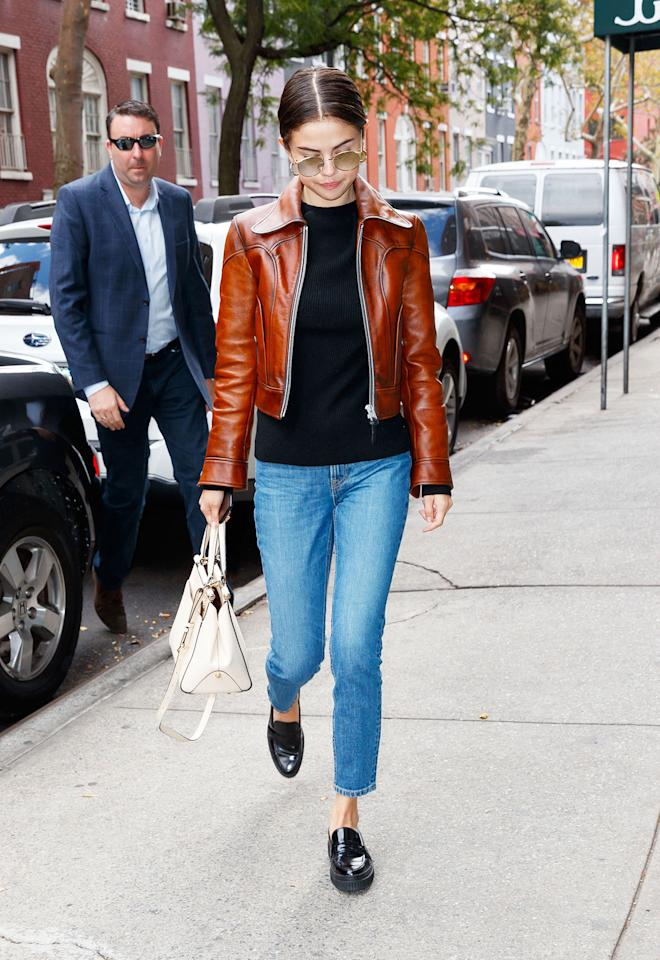 """<h2>In A Coach Moto Jacket, Tod's Loafers And Jennifer Fisher Hoops</h2>                                                                                                                                                                             <p><p>In New York City, 2017</p>                                                                                                                                                                               <h4>Getty Images</h4>                                                                                                                 <p>     <strong>Related Articles</strong>     <ul>         <li><a rel=""""nofollow"""" href=""""http://thezoereport.com/fashion/style-tips/box-of-style-ways-to-wear-cape-trend/?utm_source=yahoo&utm_medium=syndication"""">The Key Styling Piece Your Wardrobe Needs</a></li><li><a rel=""""nofollow"""" href=""""http://thezoereport.com/entertainment/celebrities/harvey-weinstein-sexual-harassment-gwyneth-paltrow-angelina-jolie/?utm_source=yahoo&utm_medium=syndication"""">You Have To Read Uma Thurman's Fierce Message For Harvey Weinstein</a></li><li><a rel=""""nofollow"""" href=""""http://thezoereport.com/living/wellness/health-benefits-of-dogs/?utm_source=yahoo&utm_medium=syndication"""">So Apparently Having A Dog Makes You Healthier, According To Science</a></li>    </ul> </p>"""