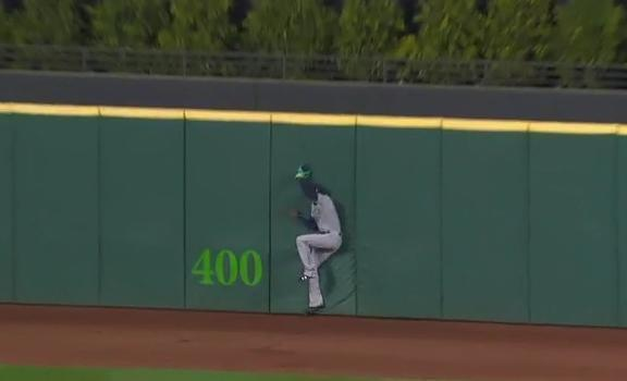 Mariners center fielder Dee Gordon was lucky to avoid injury after crashing shoulder-first into the outfield wall at Progressive Field. (MLB.TV)