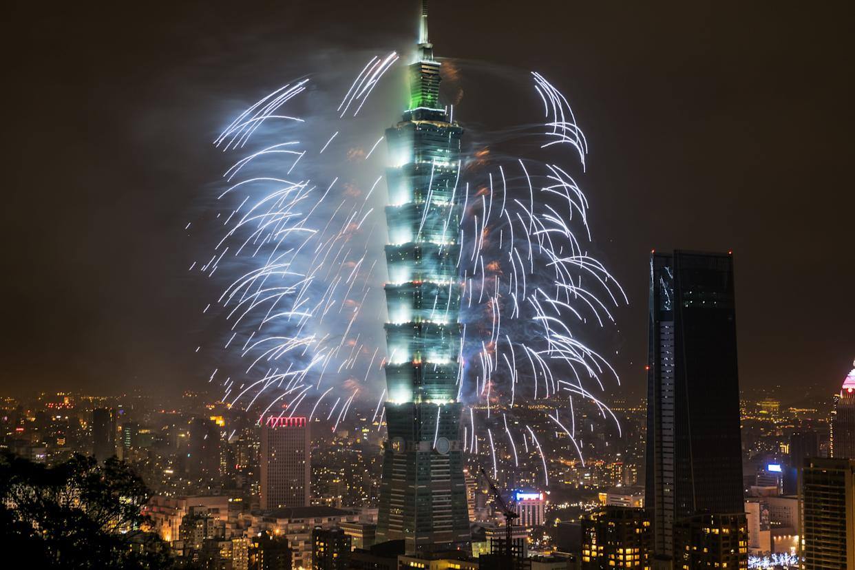 Fireworks light up the skyline in Taipei just after midnight on January 1, 2018. (Photo: Billy H.C. Kwok via Getty Images)