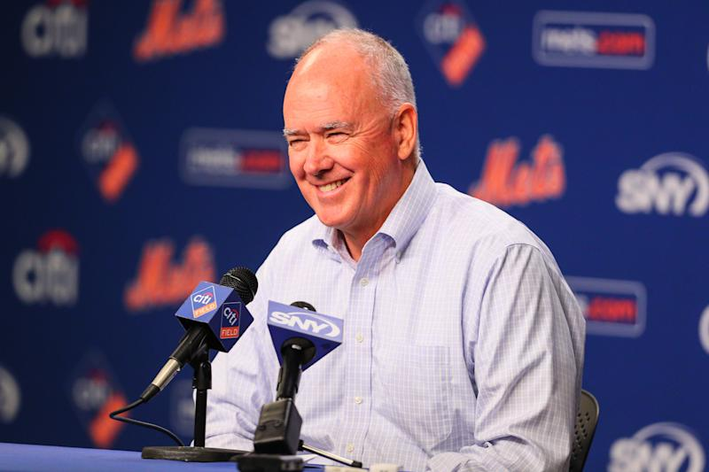 Sandy Alderson answers questions at a Mets podium.