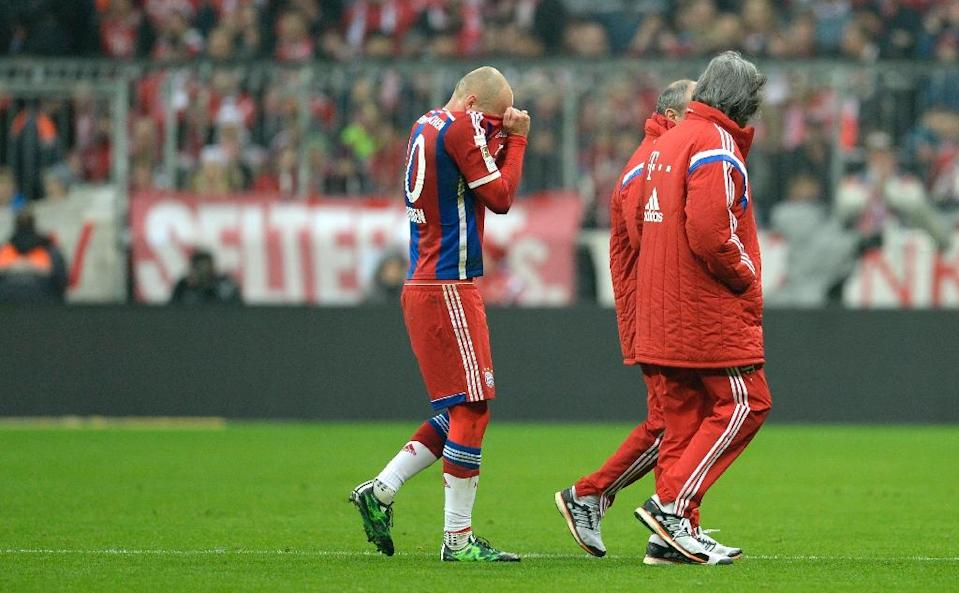 Bayern Munich's Arjen Robben (L) leaves the pitch after he was fouled during the German first division Bundesliga match against Borussia Moenchengladbach in Munich, southern Germany, on March 22, 2015 (AFP Photo/Christof Stache)