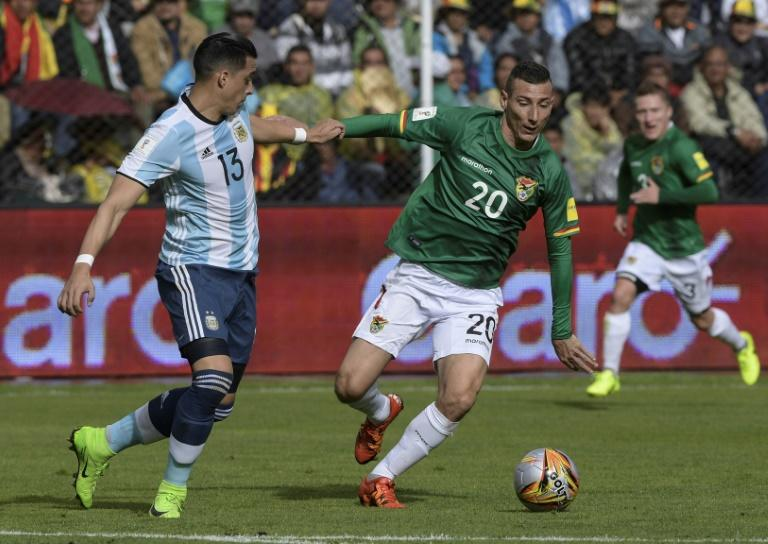 Argentina's Ramiro Funes Mori (L) and Bolivia's Pablo Escobar vie for the ball during their 2018 FIFA World Cup qualifier in La Paz, on March 28, 2017