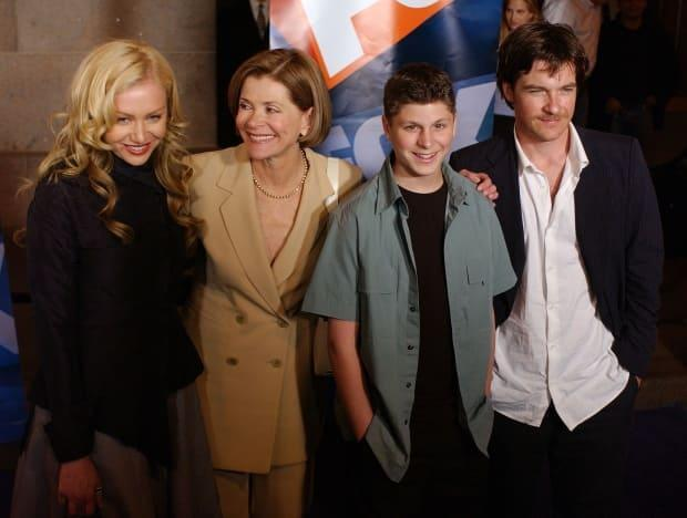 Jessica Walter, second from left, poses with her Arrested Development castmates Portia De Rossi, Michael Cera and Jason Bateman on May 15, 2003, in New York City.