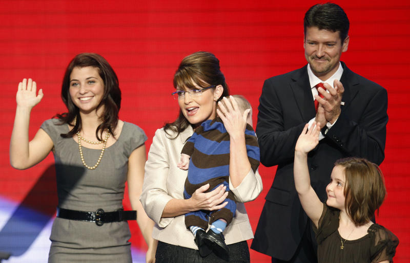 Republican vice presidential candidate Alaska Governor Sarah Palin (2nd L) holds her son Trig as she stands with her daughters Willow (L), Piper (R) and her husband Todd after her speech to the 2008 Republican National Convention in St. Paul, Minnesota, September 3, 2008. REUTERS/Mike Segar (UNITED STATES) US PRESIDENTIAL ELECTION CAMPAIGN 2008 (USA)