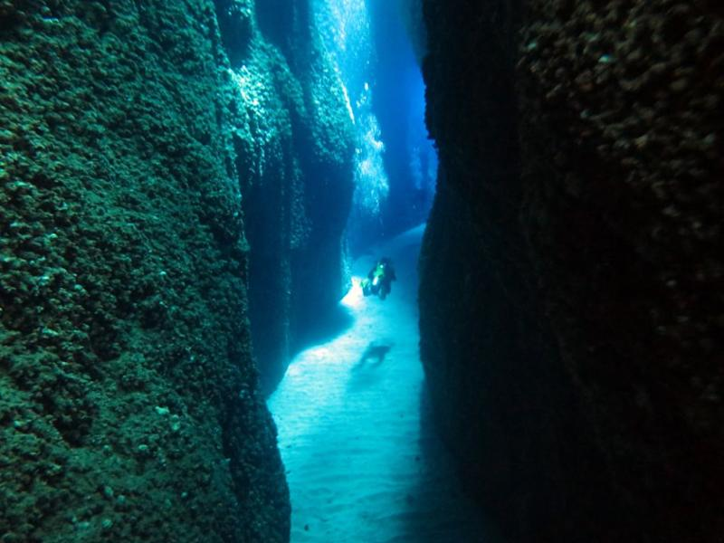 Blue light is seen penetrating through an opening crevice at the Leru Cut. Source: Dive Planit