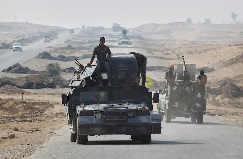 Iraqi forces gather near the village of Sin al-Dhuban, south of Mosul, on October 27, 2016, during an operation to retake the main hub city from Islamic State group jihadists